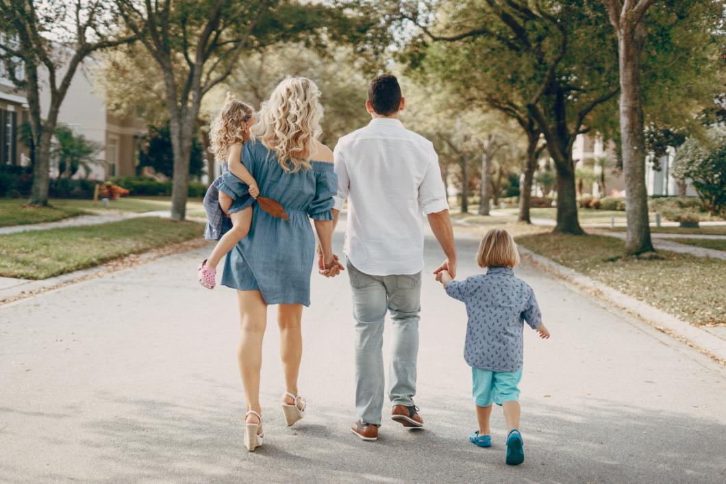 Família caminhando em um rua de um bairro planejado