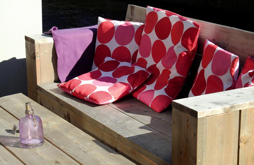 banco de madeira com almofadas vermelhas de bolinha