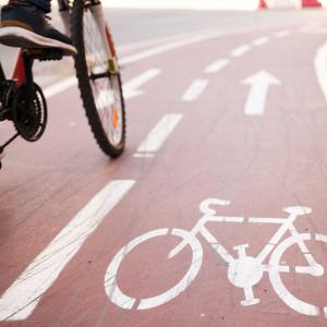 jovem se locomovendo na ciclovia, contribuindo para a mobilidade urbana