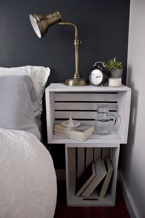 Criado-mudo de caixote para decorar o quarto.