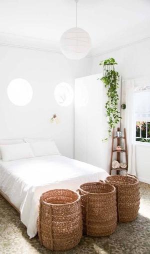 Cores claras no quarto deixam o ambiente iluminado.